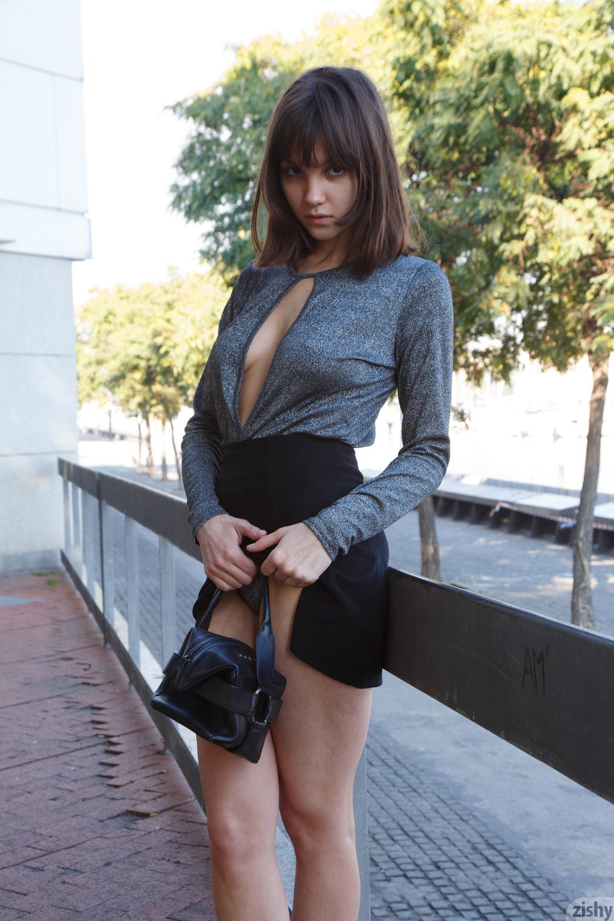http://content9.chickteases.com/zishy.com/0621/03.jpg